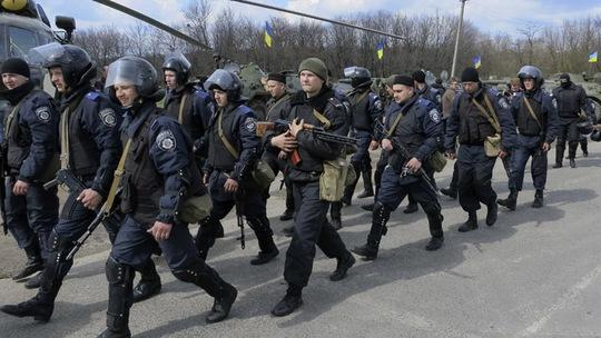 Thành viên của lực lượng Bộ Nội vụ Ukraine tại TP Izium của vùng Kharkov. Ảnh: Reuters