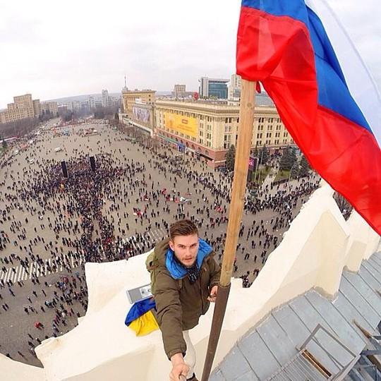 Cắm cờ Nga lên tòa nhà chính phủ ở Kharkov. Ảnh: Instagram