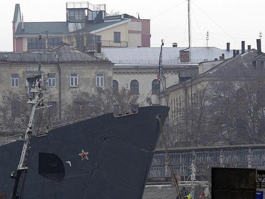 Tàu Nga neo tại cảng Sevastopol. Ảnh: AP