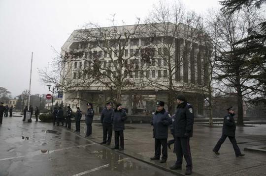 Cảnh sát Ukraine đứng gác trước tòa nhà quốc hội (Tòa nhà Xô Viết tối cao) Crimea ở Simferopol ngày 27-2. Ảnh: Reuters