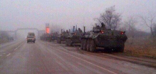 7 xe bọc thép chở quân của Nga dừng tại làng Ukromnoe, Simferopol. Ảnh: Crimean News Agency