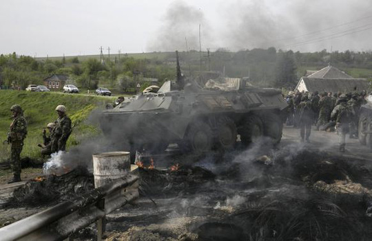 Quân đội Ukraine phá hủy chốt chặn của phe ly khai ở Slavyansk. Ảnh: Reuters