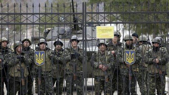 Binh lính Ukraine ở Perevalnoe, Crimea bị lính Nga bao vậy. Ảnh: AP