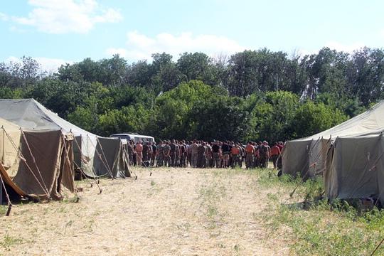 Các binh sĩ Ukraine đang ở trong những căn lều tạm tại Rostov, Nga. Ảnh: RIA Novosti