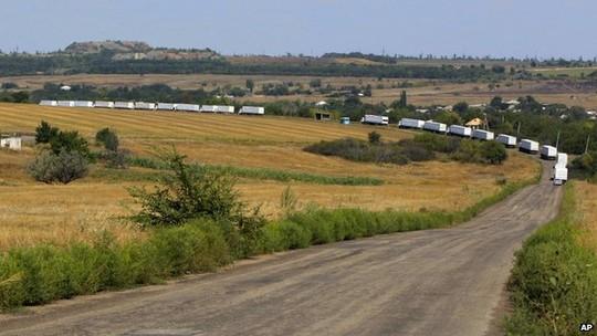 Đoàn xe tải Nga vượt biên giới Ukraine và chạy về Luhansk ngày 22-8. Ảnh: AP