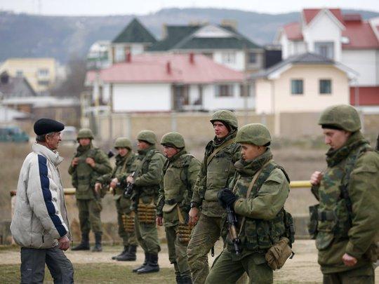 Binh sĩ Ukraine đứng gác tại thành phố cảng Feodosiya thuộc Cộng hòa tự trị Crimea. Ảnh: Reuters