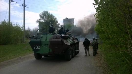 Lực lượng an ninh Ukraine bên ngoài TP Slavyansk hôm 24-4. Ảnh: ZN.UA