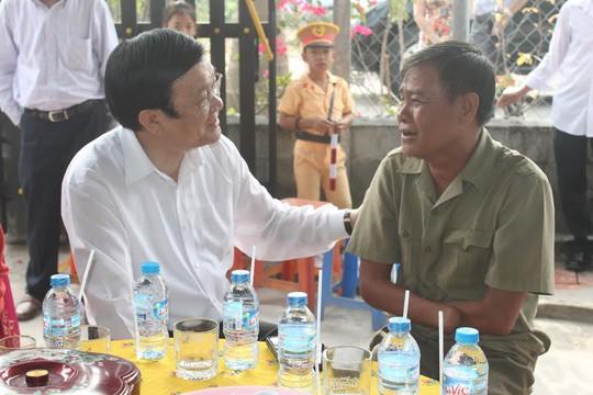 Chủ tịch nước Trương Tấn Sang chúc tết một thương binh nhân dịp tết đến