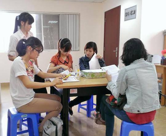 Ứng viên tham gia đăng ký tìm việc tại Phòng Dịch vụ-Việc làm Báo Người Lao Động