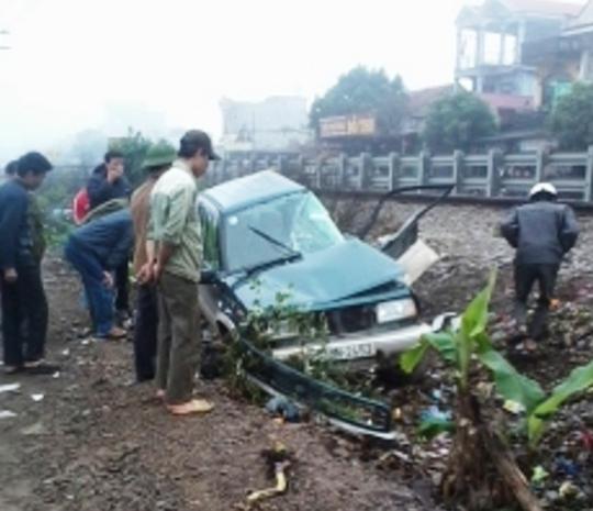 Chiếc xe bị biến dạng sau cú tông văng xa hơn 30 m.