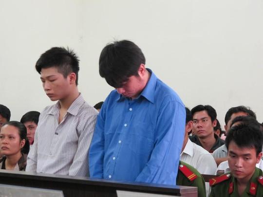 Định (trái) và Tuấn Anh tại tòa