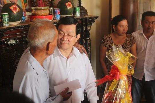 Chủ tịch nước Trương Tấn Sang chúc tết một gia đình có công với cách mạng
