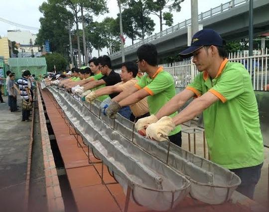 Siêu thị Sài Gòn lập lỷ lục mới: Bánh mì baguette dài 135 m