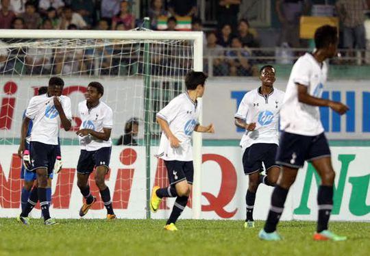 Với thể hình vượt trội, U19 Tottenham gây khó khăn nhiều cho U19 VN
