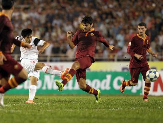 Văn Toàn (9) trong vòng vây các cầu thủ U19 AS Roma vẫn tung được cú sút