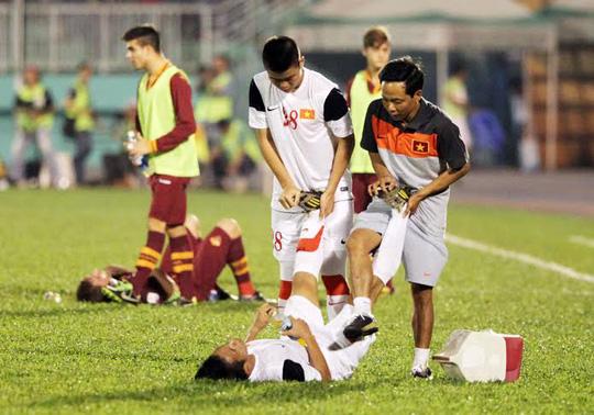 Các cầu thủ bị xuống sức vì thi đấu quá nhiệt tình