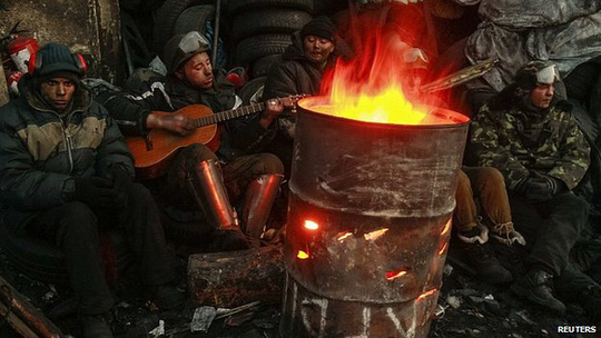 Người biểu tình bám trụ giữa thời tiết lạnh giá. Ảnh: Reuters