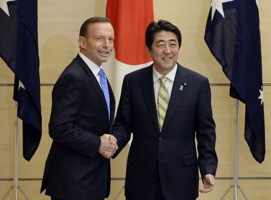 Thủ tướng Úc Tony Abbott và người đồng cấp Nhật Bản Shinzo Abe. Ảnh: AP