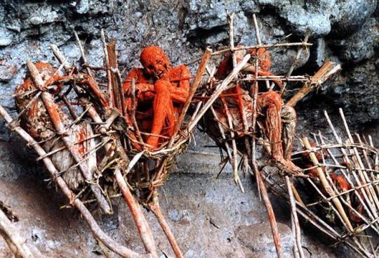 Những xác chết hun khói treo trên vách núi ở cao nguyên Morobe của Papua New Guinea có niên đại đến hàng trăm năm.