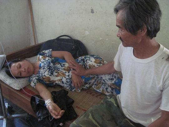 Ông Nguyễn Chua lúc chăm sóc vợ bị tai nạn