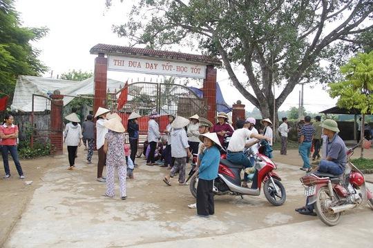 Người dân tụ tập trước cổng Trường THCS Hương Bình để phản đối việc sáp nhập trường.