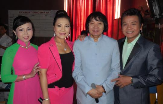 NSƯT Minh Vương, NSƯT Cẩm Tiên và vợ chồng nghệ sĩ Lê Tứ, Hà Như trong hậu trường nhà hát Bến Thành sáng 13-9