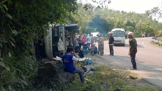 Chiếc xe tải lật nhào vào vách đá sau vụ tai nạn