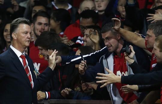 HLV Van Gaal được CĐV trên sân Old Trafford chào đón cuồng nhiệt