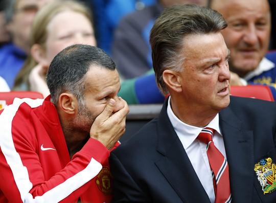HLV Van Gaal và trợ lý Giggs trong trận thua Swansea ở sân Old Trafford