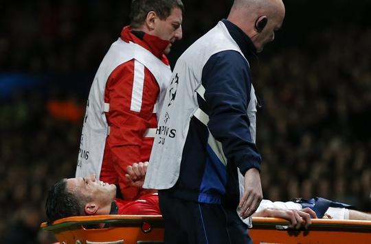Van Persie rời sân trên cáng ở những phút cuối trận gặp Olympiakos
