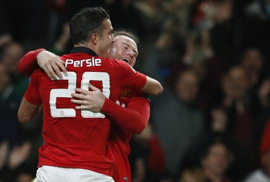 Persie ăn mừng bàn thắng cùng Rooney