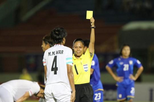 Trọng tài phạt thẻ vàng cầu thủ Myanmar đồng thời cho Thái Lan hưởng phạt đền