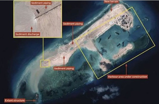 Ảnh chụp vệ tinh cho thấy Trung Quốc đang mở rộng đảo nhân tạo ở Đá Chữ Thập. Nguồn: news.au.com