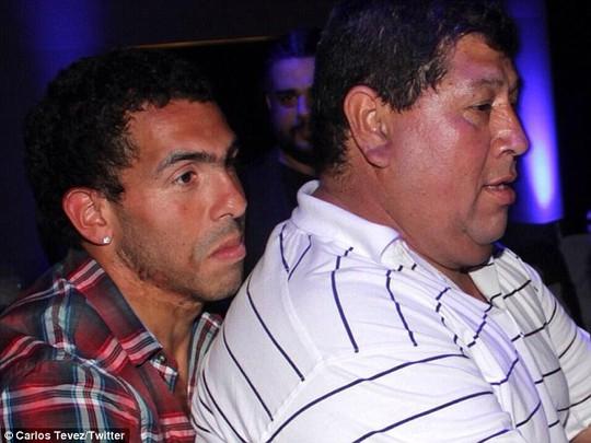Carlos Tevez (trái) và cha