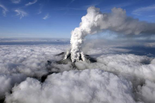 Núi lửa phun tro, bụi lên trời. Ảnh: Reuters