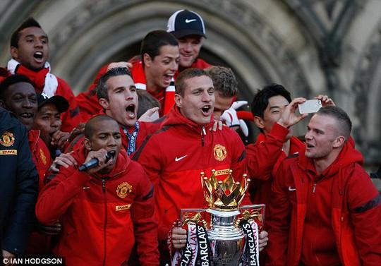 Vidic và đồng đội ăn mừng danh hiệu Premier League mùa giải trước