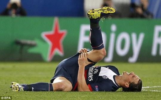 Ibrahimovic đau đớn nằm sân