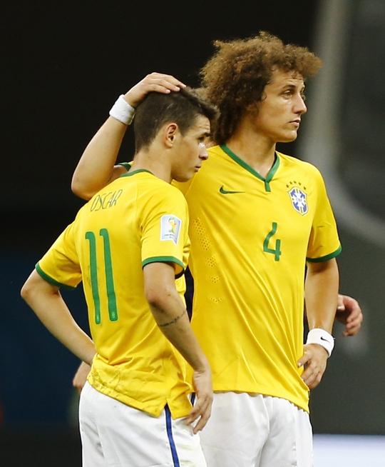 David Luiz an ủi Oscar sau thất bại trước Hà Lan ở trận tranh HCĐ