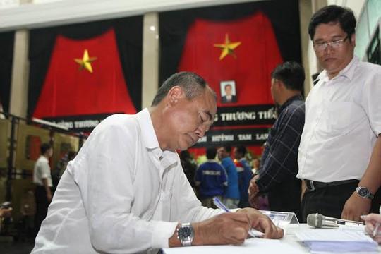 Nghệ sĩ Việt Anh ghi vào sổ tang