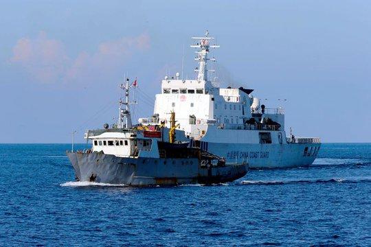 Tàu Việt Nam và tàu Trung Quốc đối đầu gần quần đảo Hoàng Sa  Ảnh: Yomiuri