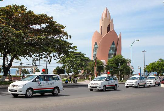 Taxi Vinasun diễu hành qua các tuyến phố chính ở TP Nha Trang, tỉnh Khánh Hòa