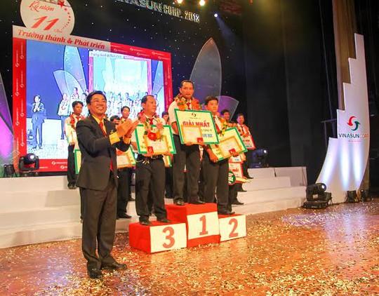 Ông Đặng Phước Thành,, Chủ tịch HĐQT Vinasun (bìa trái), khen thưởng các tài xế tiêu biểu