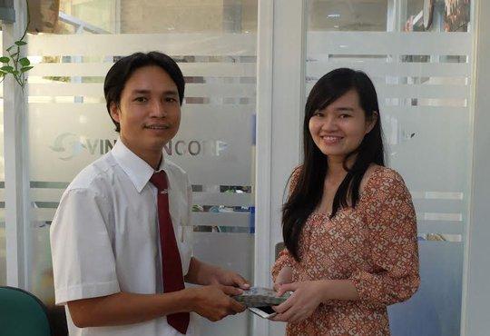 Lái xe Lê Huy Quang trao trả 110 triệu đồng cho khách hàng Nguyễn Quốc Ái Nhi tại văn phòng Vinasun taxi