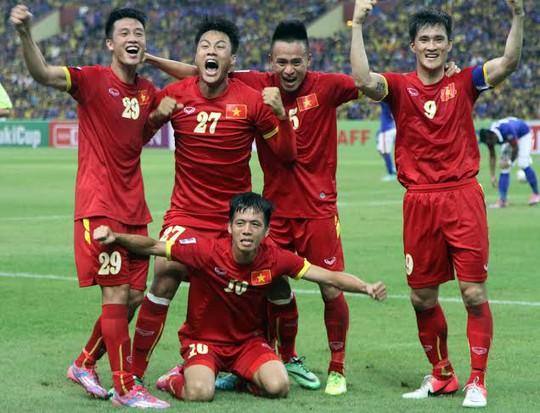 Các cầu thủ Việt Nam ăn mừng bàn thắng của Văn Quyết