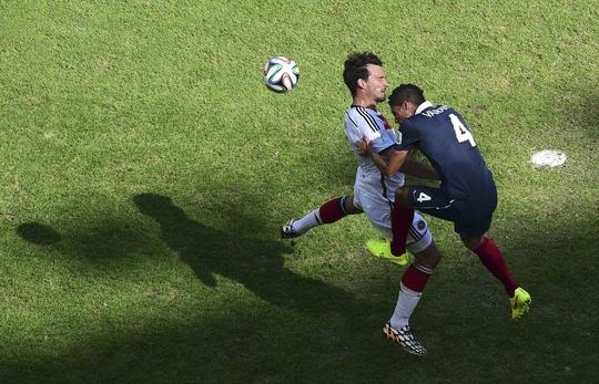Varane tranh bóng với Hummel (Đức) trong trận tứ kết World Cup 2014
