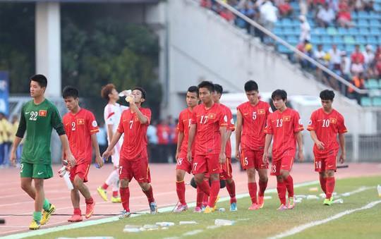 Các cầu thủ U19 Việt Nam sau trận hòa đáng tiếc trước U19 Trung Quốc hôm 13-10