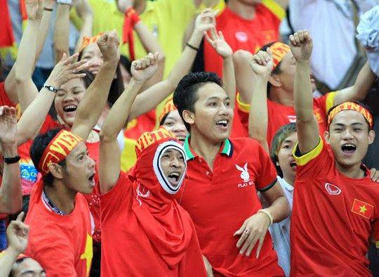 Màu đỏ của Việt Nam - dù ít hơn - nhưng đã áp đảo màu vàng của Malaysia trên khán đài sân Shah Alam