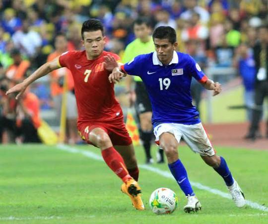 Với sức trẻ, Việt Nam đã áp đảo Malaysia về mặt thể lực. Trong ảnh: Hoàng Thịnh tranh bóng với cầu thủ Malaysia ở trậnlượt đi