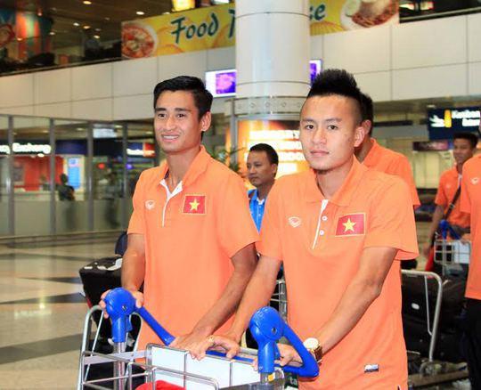 Vũ Minh Tuấn (trái) sẽ vắng mặt trong trận lượt đi vì thẻ phạt