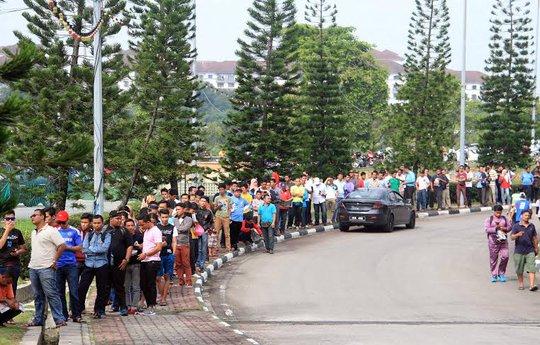 CĐV xếp hàng mua vé xem trận bán kết lượt đi giữa Malaysia - Việt Nam
